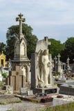 Fransk gammal kyrkogård med vitkors och minnesmärkear Arkivfoto