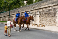 Fransk gendarmeri på hästrygg arkivfoto