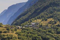 Fransk by i berg på sommartid royaltyfria bilder