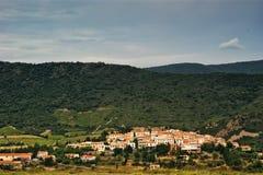 Fransk by i Pyrenees royaltyfri fotografi