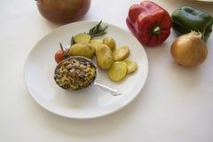 Fransk julienne med bakade potatisar och ny pepparbakgrund Royaltyfri Foto
