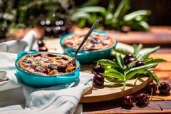 Fransk kokkonst Clafoutis hemlagad cake Fransk körsbärsröd paj royaltyfri bild