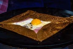 Fransk kräpp med ägget, skinka och ost Arkivfoton