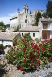 Fransk by-/kyrkasikt med blommor, provence, Royaltyfri Foto