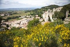 Fransk by-/kyrkasikt med blommor, provence, Arkivbild