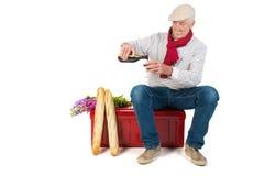 Fransk man med bröd och vin Arkivfoto