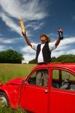 Fransk man med hans typiska röda bil Arkivbild