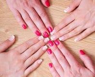 Fransk manicure och röd manicure Royaltyfri Fotografi