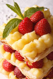 Fransk millefeuilleefterrätt med jordgubbemakro Arkivfoto