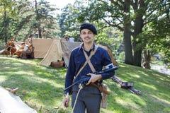 Fransk motståndskämpe med tappning Sten Gun fotografering för bildbyråer