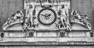 Fransk motto på det Paris stadshuset royaltyfria foton