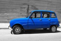 Fransk oldtimer Renault 4 i blått Royaltyfria Bilder