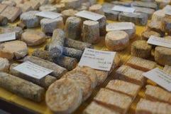 Fransk ost på marknaden Royaltyfria Bilder