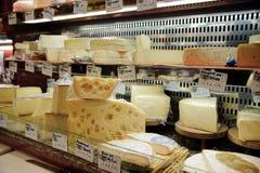 Fransk ost shoppar i Paris med dussintals sorter av franska chees Royaltyfria Foton