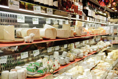 Fransk ost shoppar i Paris med dussintals sorter av franska chees Arkivbild