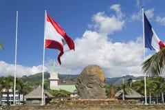 Fransk Polynesian flagga i Jardins de Paofai, Pape'ete, Tahiti, franska Polynesien Arkivbilder