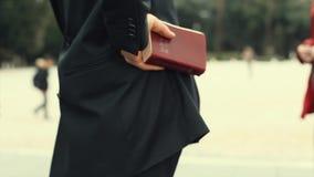 Fransk präst Holding Holly Bible Close Up lager videofilmer