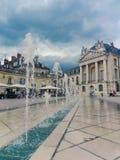 Fransk stadfyrkant med stadshuset och springbrunnar Arkivfoto