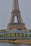 Fransk staty av Liberty Replica och Eiffeltorn med den Debilly spången, sikt från floden Seine - Paris, Frankrike, AUGUSTI 1, 20 Royaltyfri Bild