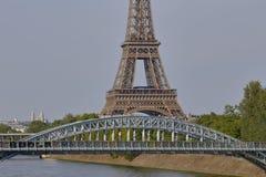 Fransk staty av Liberty Replica och Eiffeltorn med den Debilly spången, sikt från floden Seine - Paris, Frankrike, AUGUSTI 1, 20 Arkivfoto