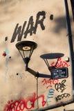 Fransk streetlamp med grafittikrig arkivbild