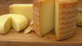 Franska av ost på en trätabell stock video