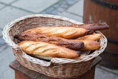 Franska bagetter i en vide- korg utomhus- fotografering för bildbyråer