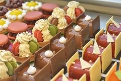 Franska bakelser Macaron och andra för chokladkakor visar på en konfekt shoppar royaltyfri fotografi