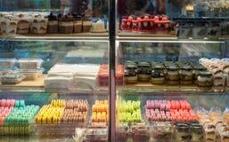 Franska bakelser visar på en konfekt shoppar Arkivfoton