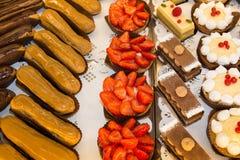 Franska bakelser visar på en konfekt shoppar eller bagerit arkivbild