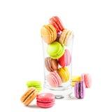 Franska färgrika macarons i ett exponeringsglas Arkivfoton