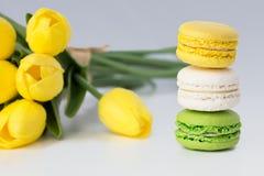 Franska färgrika Macarons på en vit bakgrund med blommor Royaltyfria Bilder