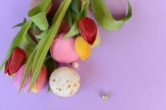 Franska färgrika macarons på härlig bakgrund Royaltyfri Foto
