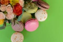 Franska färgrika macarons på härlig bakgrund Royaltyfria Foton