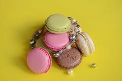 Franska färgrika macarons på härlig bakgrund Arkivfoto
