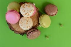 Franska färgrika macarons på härlig bakgrund Royaltyfri Bild