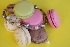Franska färgrika macarons på härlig bakgrund Arkivbild