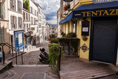 Franska gator på den Montmartre kullen i Paris Arkivbilder
