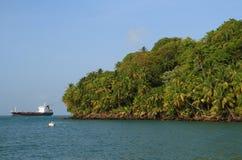 Franska Guyana Iles du Salut - öar av räddning: Kunglig ö - kustlinje royaltyfria foton