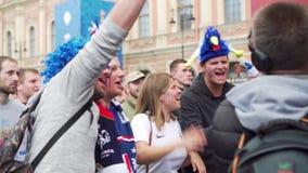 Franska jublande fans sjunger anförandet för journalist av ryssTV-kanal MIR lager videofilmer