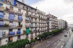 Franska koloniala byggnader i Algiers Algeriet Byggnader renoveras av den algeriska regeringen Arkivfoto
