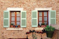 Franska lantliga fönster med gamla gröna slutare, Provence Royaltyfria Bilder