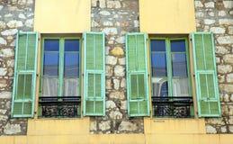 Franska lantliga fönster med gamla gröna slutare, Provence, Frankrike. Royaltyfri Fotografi