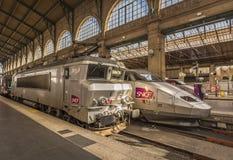 Franska lokomotiv som parkeras i huvudsaklig Paris drevstation Arkivbilder