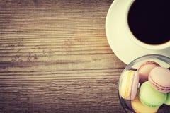 Franska macarons och en kopp av coffe Arkivbilder
