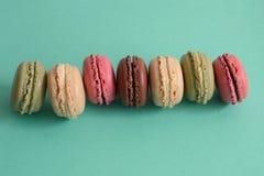 Franska macarons på blå bakgrund Fotografering för Bildbyråer