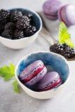 Franska macarons på en grå tabell Royaltyfria Bilder