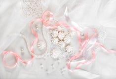 Franska marängkakor för att gifta sig bakgrund med pärla-, rosa färg- och vitsatängband och snör åt, plant lägger Fotografering för Bildbyråer
