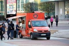 Franska matlastbilar utanför i Paris Frankrike royaltyfria foton
