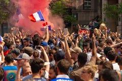 Franska medborgare firar segern av det franska fotbolllaget Royaltyfria Bilder
